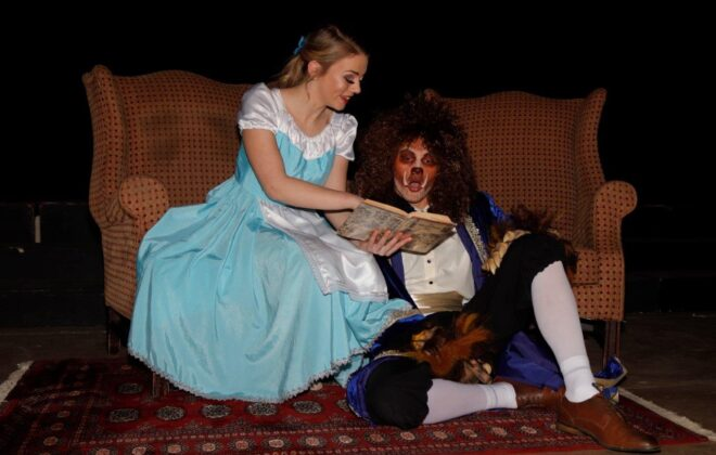 "Tarah Höll en Gerhard Viviers in aksie as Belle en Beast in VHS se produksie ""Beauty and the Beast""."